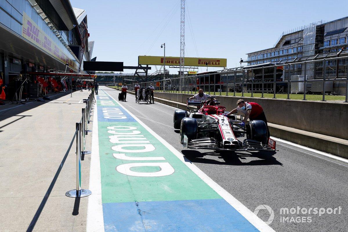 El Alfa Romeo Racing C39 de Kimi Raikkonen siendo empujado por el pit lane