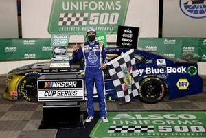 Race winner Chase Elliott, Hendrick Motorsports Chevrolet Kelley Blue Book, celebrates in Victory Lane