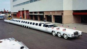 Cadillac Eldorado con 26 ruedas