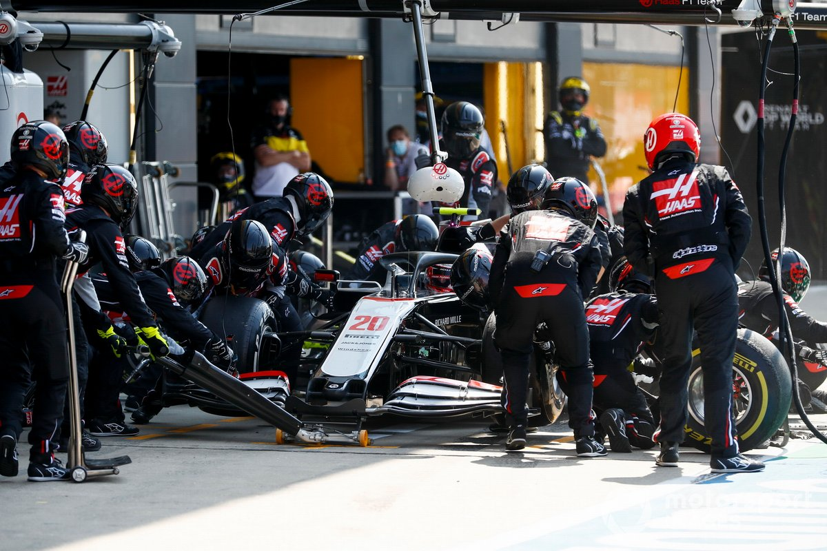 Kevin Magnussen, Haas VF-20 pit stop
