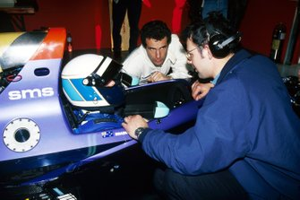 David Brabham, Simtek S941 talks with team mate Roland Ratzenberger and Nick Wirth, Simtek Team Principal