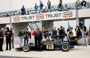 Emerson Fittipaldi, Lotus 72D, teambaas Colin Chapman, racing manager Peter Warr