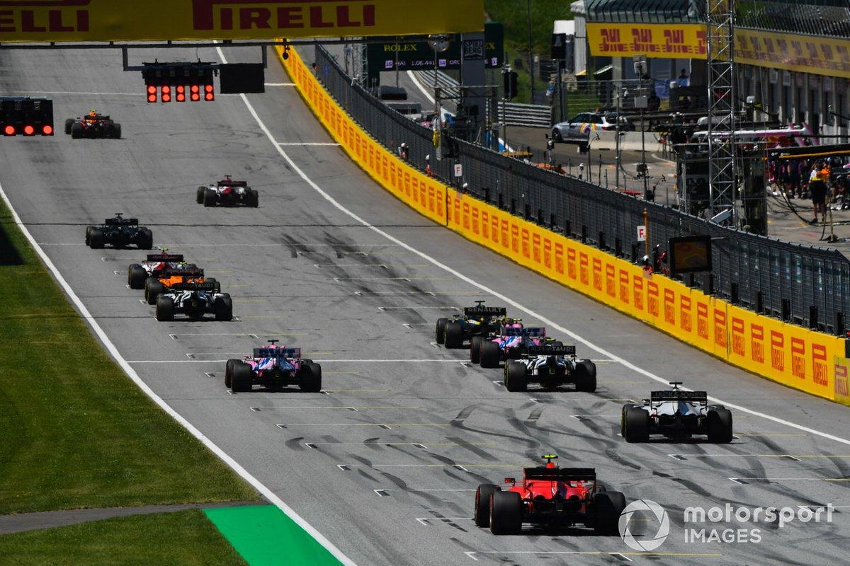 Los pilotos se alinean para practicar sus procedimientos de arranque al final de la sesión