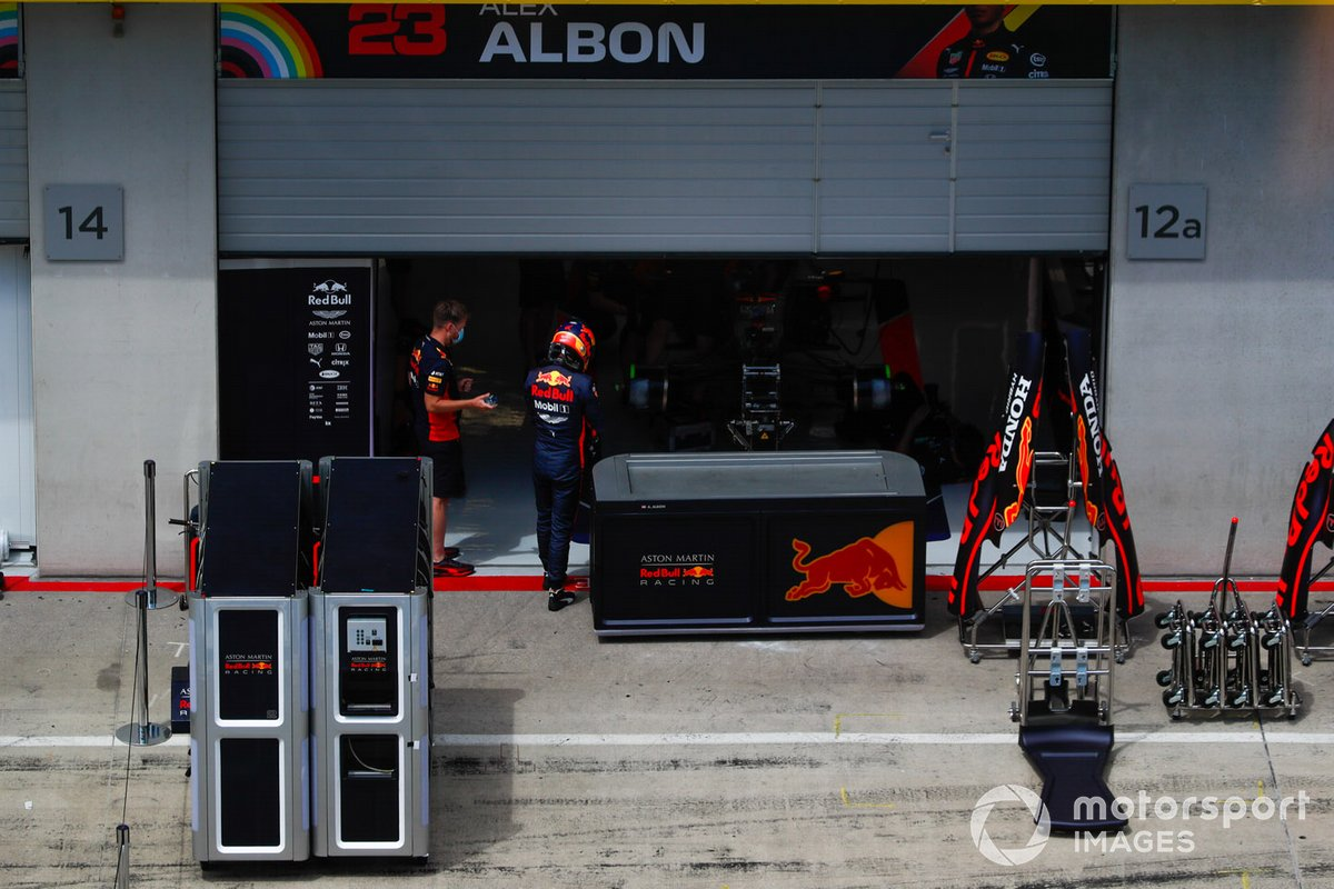 Alex Albon, Red Bull Racing, dans les stands