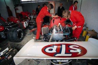 Los mecánicos trabajan en el March Ford 721X de Ronnie Peterson y Niki Lauda