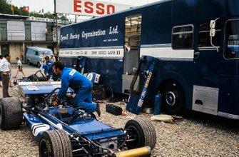 Los mecánicos preparan el monoplaza de Jackie Stewart March 701 Ford