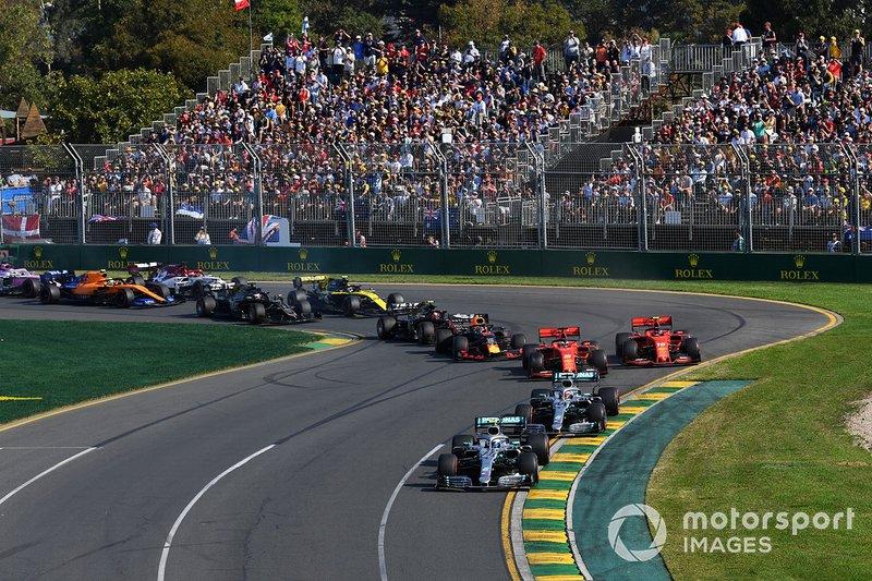 Valtteri Bottas, Mercedes AMG W10, precede Lewis Hamilton, Mercedes AMG F1 W10, Sebastian Vettel, Ferrari SF90, Charles Leclerc, Ferrari SF90, e Max Verstappen, Red Bull Racing RB15, ed il resto del gruppo alla prima curva