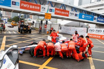 Marshals push the car of Pascal Wehrlein, Mahindra Racing, M5 Electro away