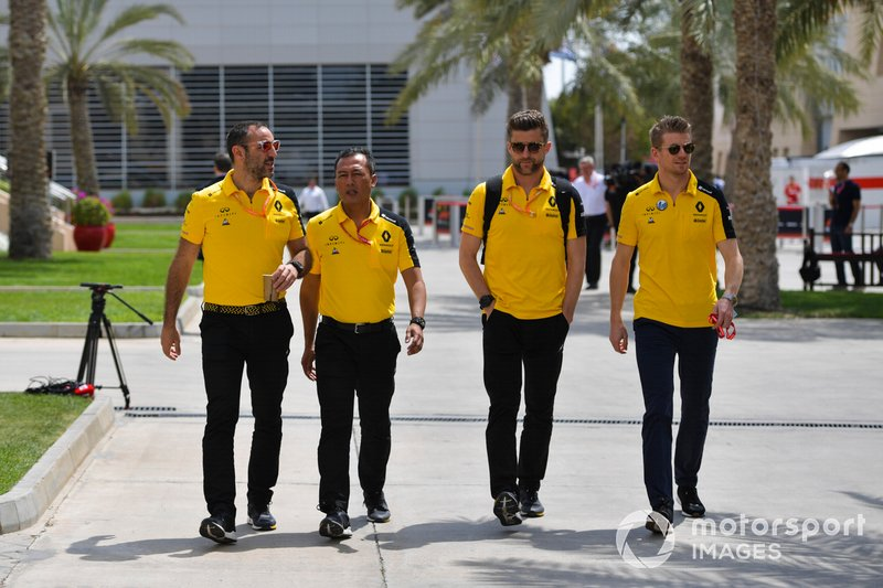 Cyril Abiteboul, Amministratore Delegato, Renault F1 Team e Nico Hulkenberg, Renault F1 Team arrivano al paddock