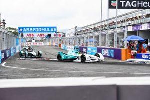 Tom Dillmann, NIO Formula E Team, NIO Sport 004, con un cartel colgando en su coche, Mitch Evans, Panasonic Jaguar Racing, Jaguar I-Type 3
