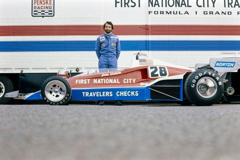 John Watson prend la pose derrière la Penske PC4 Ford.