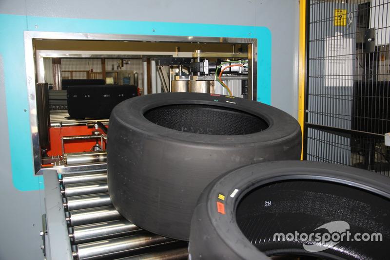 GT yarış lastikleri kalite kontrol bölümünde