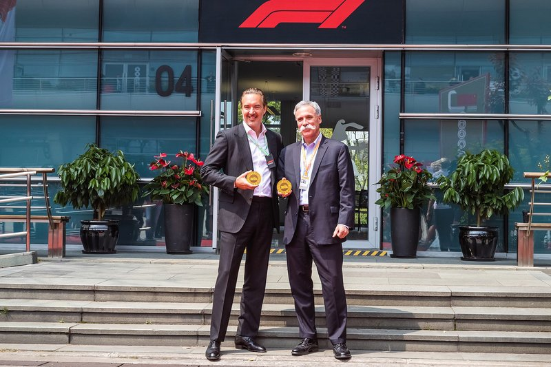 Marin Aleksov, fondateur et PDG Rosland Capital, et Chase Carey, président Formula 1, présentent la pièce commémorative pour la 1000e épreuve du Championnat du monde de F1