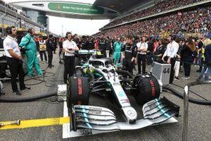La monoplace de Lewis Hamilton sur la grille de départ