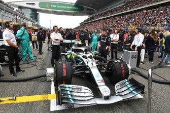 Meccanici Mercedes ed ingegneri con la monoposto di Lewis Hamilton, Mercedes AMG F1 W10