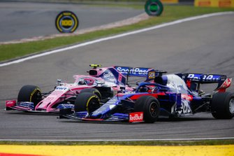 Lance Stroll, Racing Point RP19, battles with Daniil Kvyat, Toro Rosso STR14