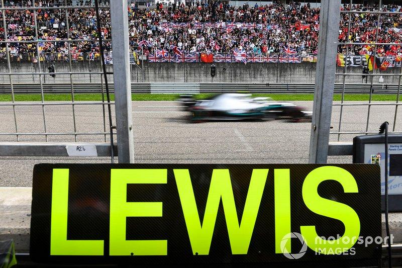 Valtteri Bottas, Mercedes AMG W10 transita dietro alla tabella di Lewis Hamilton, Mercedes AMG F1