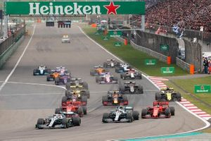 Lewis Hamilton, Mercedes AMG F1 W10 devance Valtteri Bottas, Mercedes AMG W10, Sebastian Vettel, Ferrari SF90 et Charles Leclerc, Ferrari SF90 au départ de la course