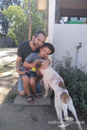 Dumbo, cachorro resgatado por Nelsinho Piquet em Santiago com sua nova família.