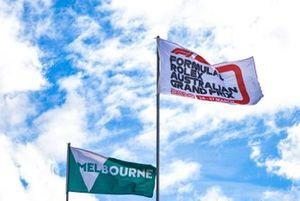 Флаги над пит-лейном