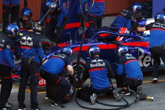 Daniil Kvyat, Scuderia Toro Rosso STR14 pit stop
