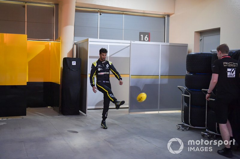 Daniel Ricciardo, Renault F1 Team juega en la parte trasera del garaje