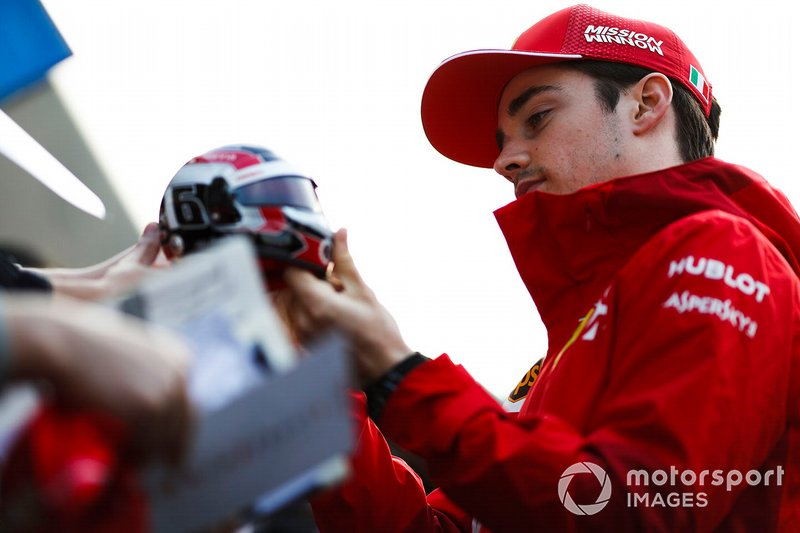 Charles Leclerc, Ferrari, firma un autografo