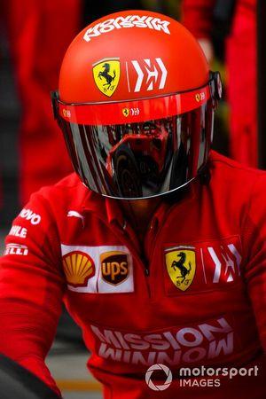 Un mécanicien Ferrari s'entraîne aux arrêts au stand