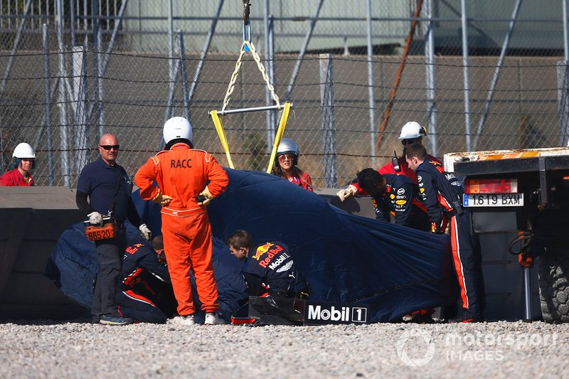 La monoposto incidentata di Pierre Gasly, Red Bull Racing RB15, viene recuperata
