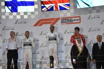 Valtteri Bottas, Mercedes AMG F1, deuxième, Lewis Hamilton, Mercedes AMG F1, vainqueur, et Charles Leclerc, Ferrari, troisième, sur le podium