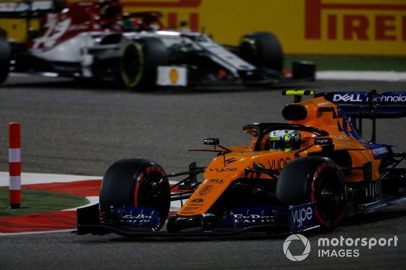 Lando Norris, McLaren MCL34, precede Antonio Giovinazzi, Alfa Romeo Racing C38