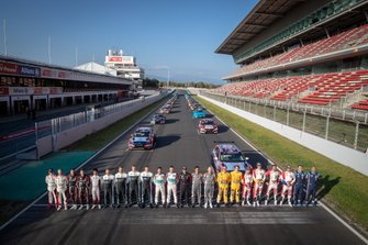 All drivers on the starting grid