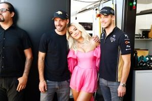 La cantante Rita Ora con Jean-Eric Vergne, DS TECHEETAH, Andre Lotterer, DS TECHEETAH en el garaje