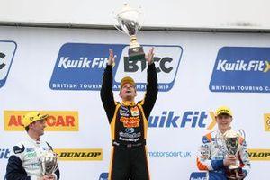Podyum: Yarış galibi Tom Chilton, Motorbase Performance Ford Focus