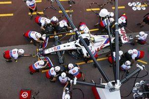 Il team Haas F1 si esercita con la monoposto di Mick Schumacher, Haas VF-21