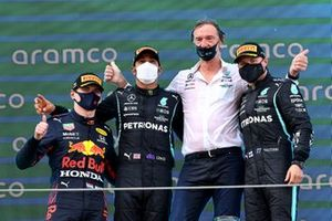 Max Verstappen, Red Bull Racing, secondo classificato, Lewis Hamilton, Mercedes, primo classificato, il delegato al trofeo Mercedes e Valtteri Bottas, Mercedes, terzo classificato, sul podio