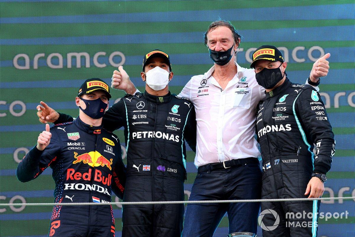 Max Verstappen, Red Bull Racing, segunda posición, Lewis Hamilton, Mercedes, primera posición, el encargado de Mercedes de recoger el trofeo y Valtteri Bottas, Mercedes, tercera posición, en el podio