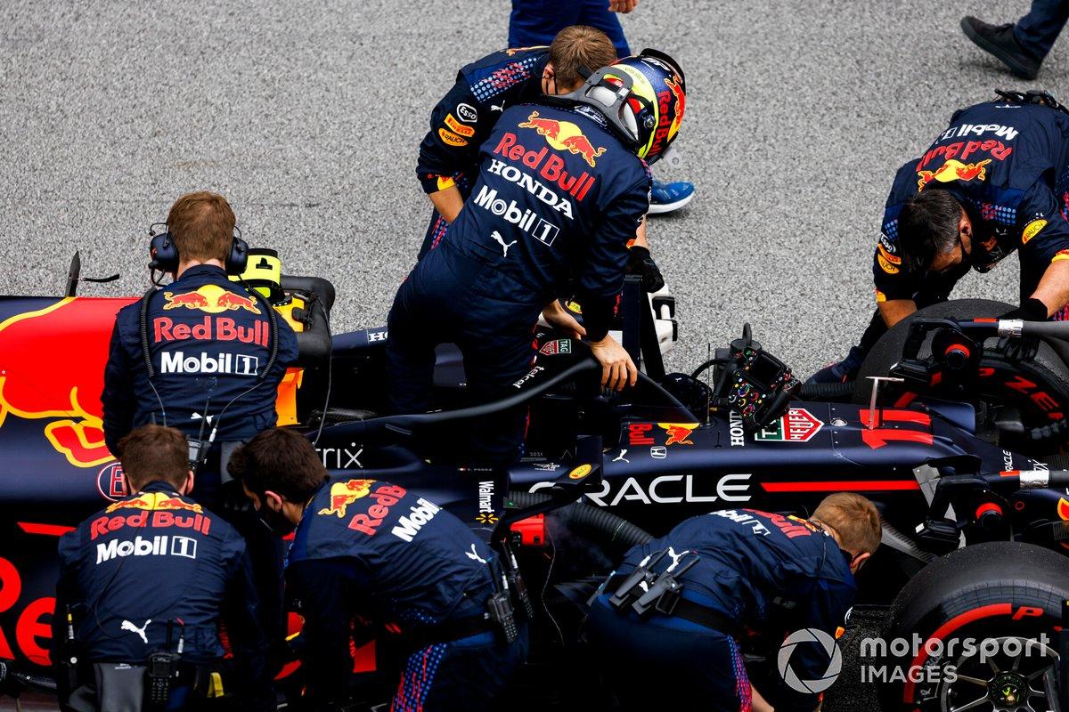 Sergio Pérez, Red Bull Racing RB16B, llega a la parrilla
