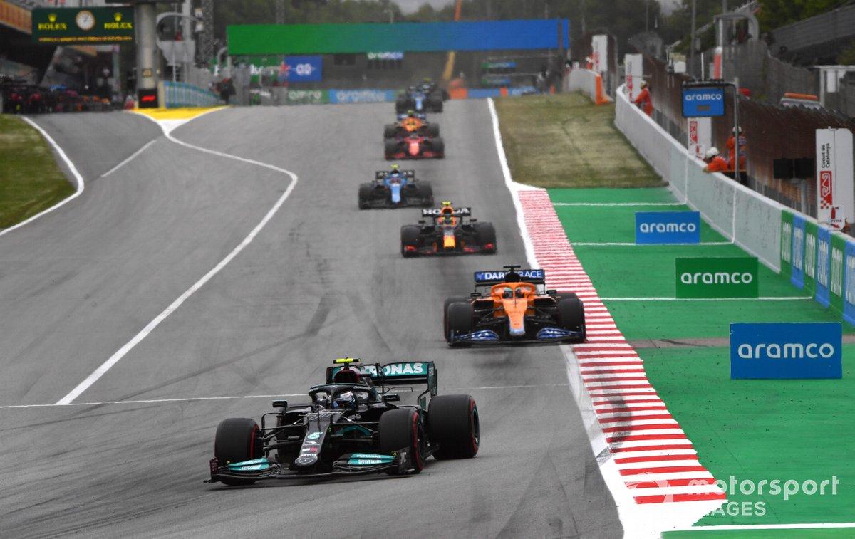 Valtteri Bottas, Mercedes W12, Daniel Ricciardo, McLaren MCL35M, e Sergio Perez, Red Bull Racing RB16B
