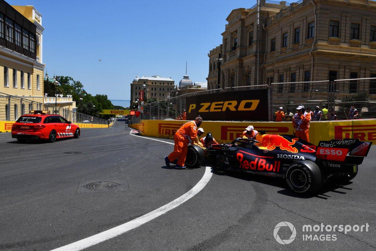 El coche médico recoge a Max Verstappen, Red Bull Racing, tras su accidente