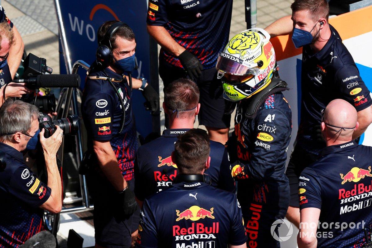 Ganador de la pole Max Verstappen, Red Bull Racing, en Parc Ferme celebra con el equipo