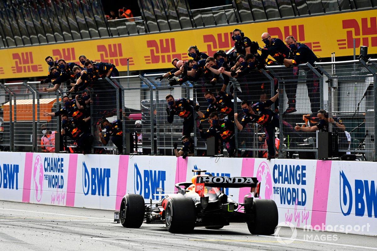 Sergio Pérez, Red Bull Racing RB16B, es aclamado en la línea de meta por su equipo al conseguir el cuarto lugar