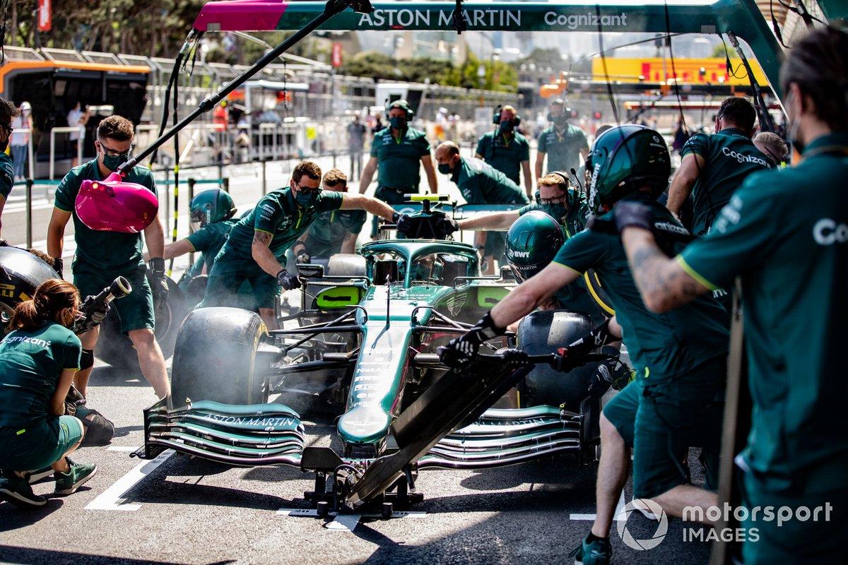 Práctica de pit stop con el Aston Martin AMR21