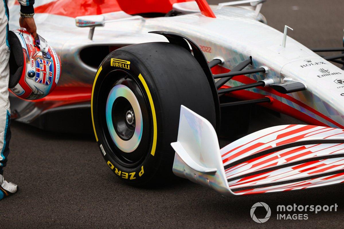 Detalle del neumático Pirelli del coche de Fórmula 1 2022
