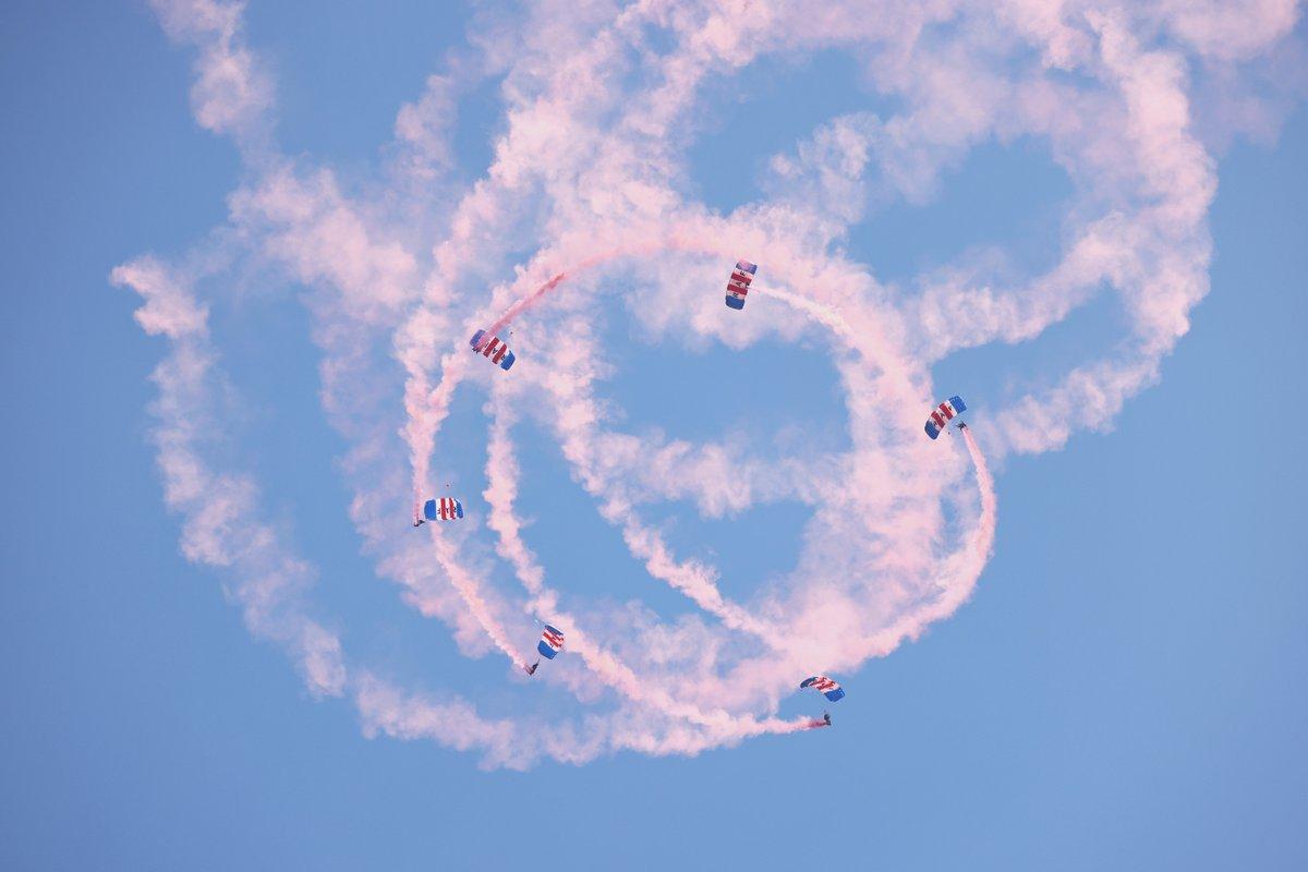 El equipo de exhibición de paracaidistas de los halcones de la RAF