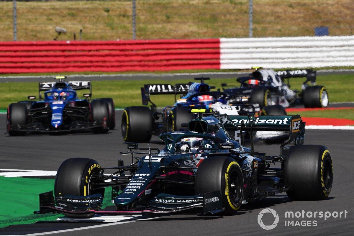 Sebastian Vettel, Aston Martin AMR21, George Russell, Williams FW43B, e Esteban Ocon, Alpine A521