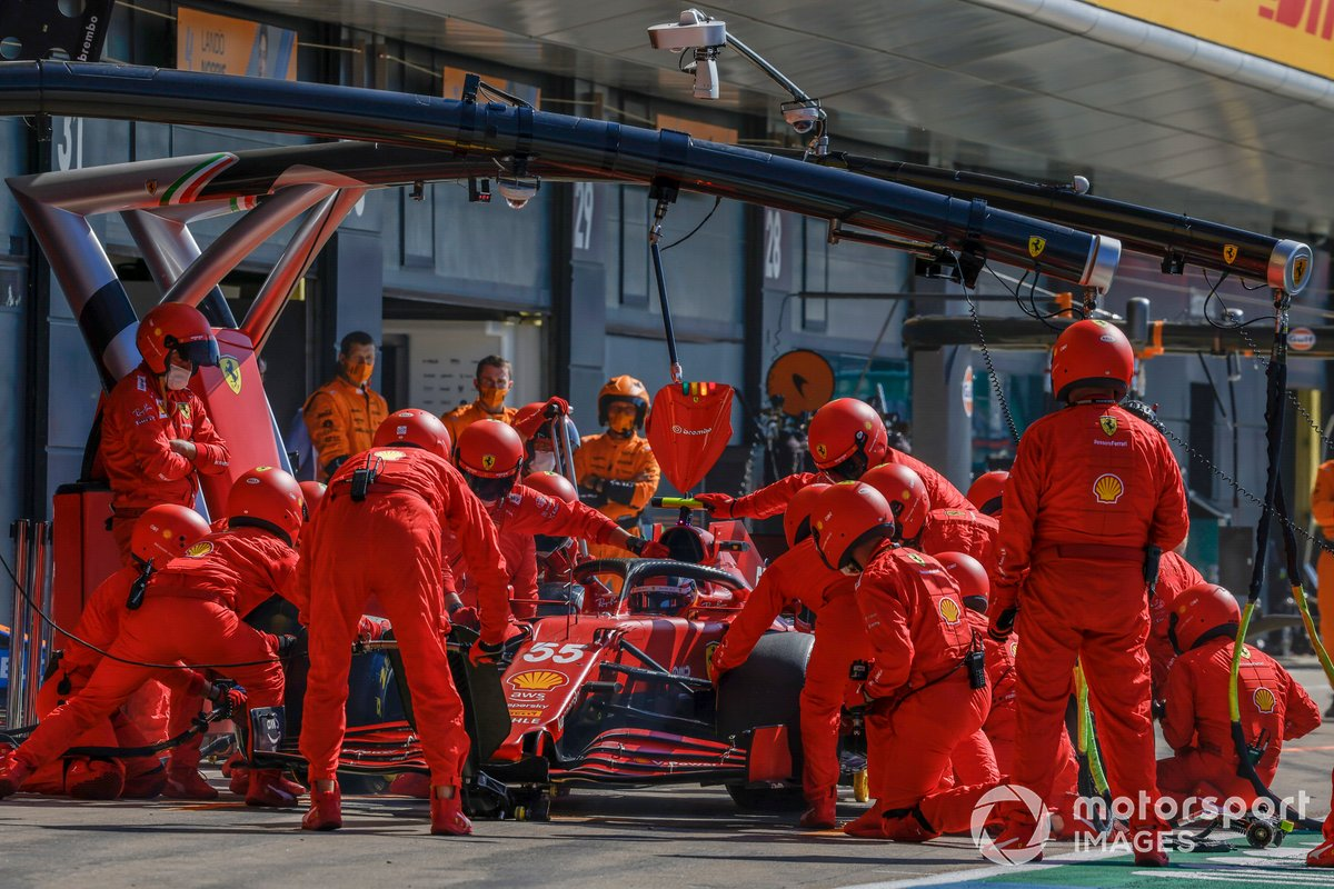 Carlos Sainz Jr., Ferrari SF21, ai box