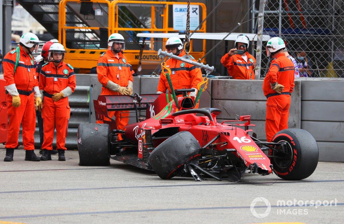 Marshal rimuovono l'auto di Charles Leclerc, Ferrari SF21, dalla pista