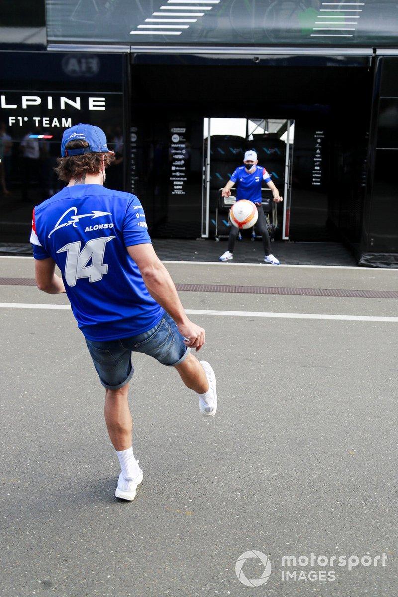 Esteban Ocon, Alpine F1, Fernando Alonso, Alpine F1 juegan al fútbol