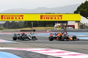 Max Verstappen, Red Bull Racing RB16B overtakes Lewis Hamilton, Mercedes W12